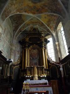 Kościół parafialny pw. Świętej Trójcy z XV w. - ołtarz główny.